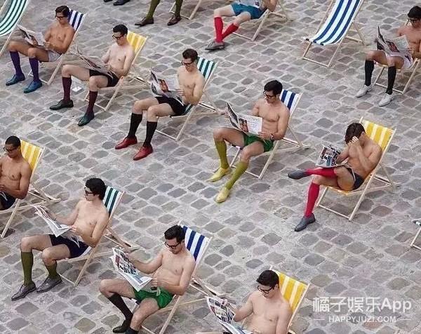 40位大长腿裸男坐在一起看报纸 肉海战术仅仅是个开始。。。