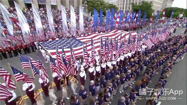 把国旗穿身上 美国人庆祝国庆热辣又疯狂
