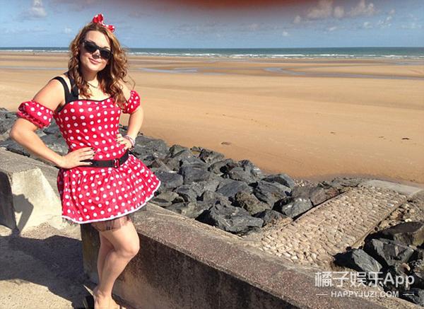 这个英国女孩儿一年365天扮玩偶 筹款30万只为慈善