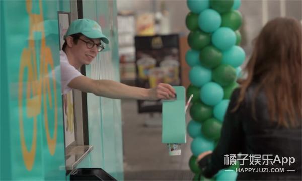 麦当劳出神奇包装盒 啥都能装 饮料骑车都不会洒