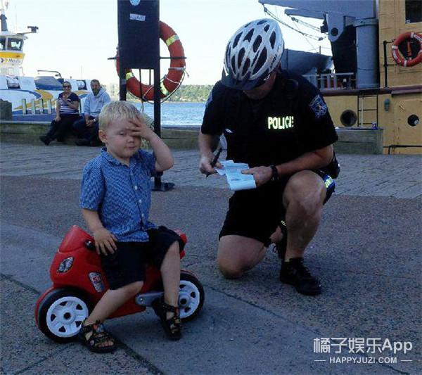 3岁小孩开玩具车违停收到罚单 神反应萌化人