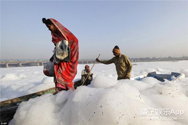 印度开挂民族无所畏惧,一头扎进重度污染河中洗泡泡浴