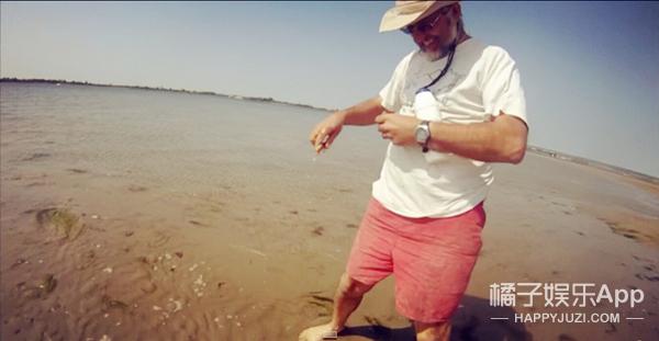 原来在海边撒点盐 海鲜就会自己跑出来