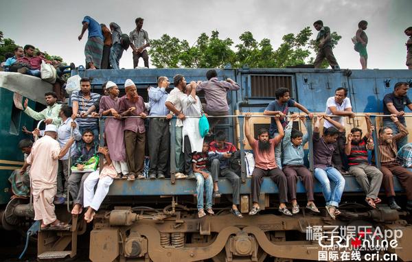 孟加拉国一年一次的开斋节 风头全被火车给抢了