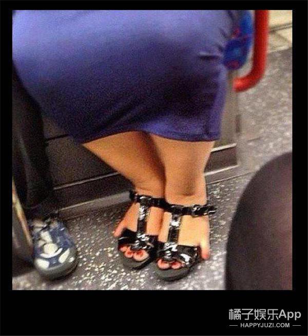 你们还在拼颜的时候,这个女人用两根脚趾就火了