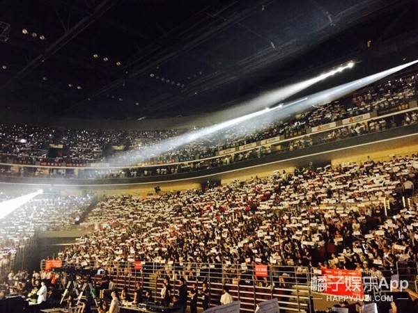 EXO北京演唱会 台上是表演台下也是战斗!