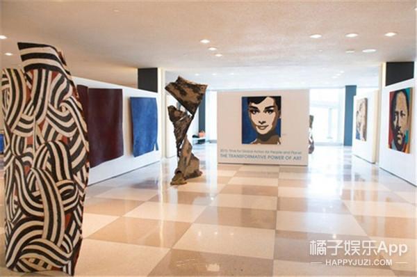 巩俐画像在联合国展出了!一块儿的还有奥黛丽·赫本!