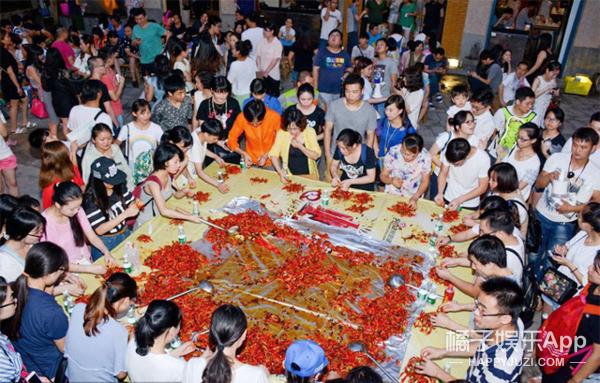 长沙闹虾节 居然用挖掘机炒小龙虾 敢问味道如何?