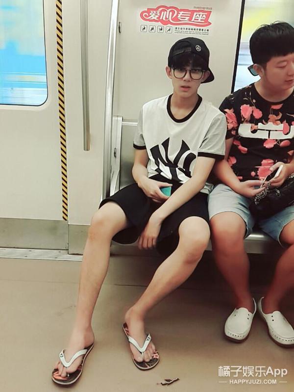 地铁里跳舞飞机上自拍  原来偶遇明星时他们在干这些!