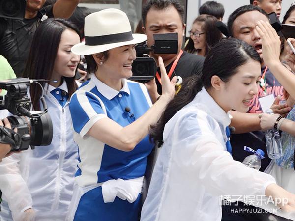 偶像来了!林青霞运动装女神范依旧不减!