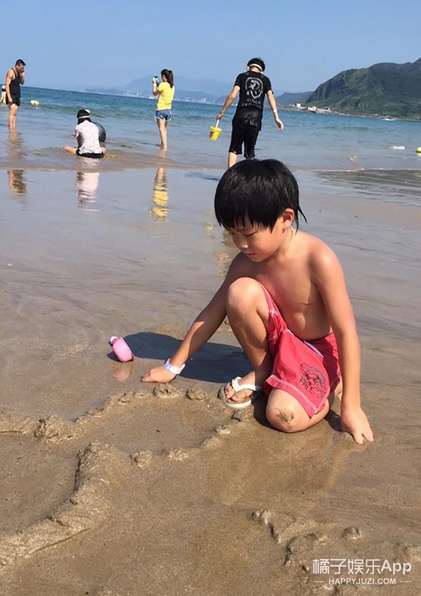 曹格一家海边度假 麻麻秀美腿 小丸子Grace秀美背!