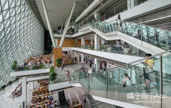 打着伞在图书馆里看书?深圳市民要不要这么拼