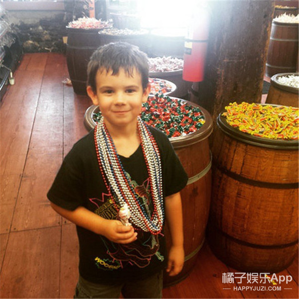 6岁的他开启送微笑活动,然而很少人知道他刚失去爸爸和妈妈