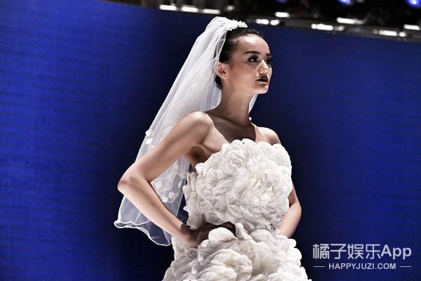 大开眼界!这些婚纱和比基尼都是用纸巾做的!