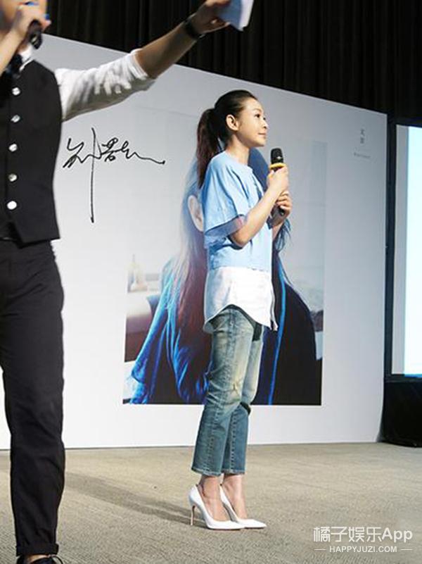今天她最美 | 刘若英 牛仔裤配高跟鞋 休闲优雅刚刚好