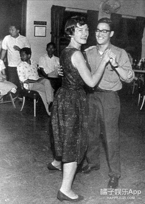 霍金站着李小龙跳舞?打赌!这些罕见历史瞬间你绝对没见过