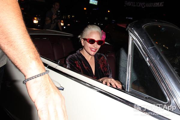 Lady GaGa头戴大红花,是在学杨二车娜姆吗?