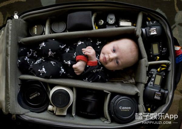 把小baby放进相机包?为了晒娃这些摄影师也是蛮拼的