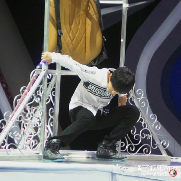 """王俊凯在所有人面前摔了 有人在评论里喊""""怎么没死"""""""
