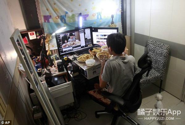 给跪了!韩国少年网上直播吃晚饭, 每天能赚一万多...