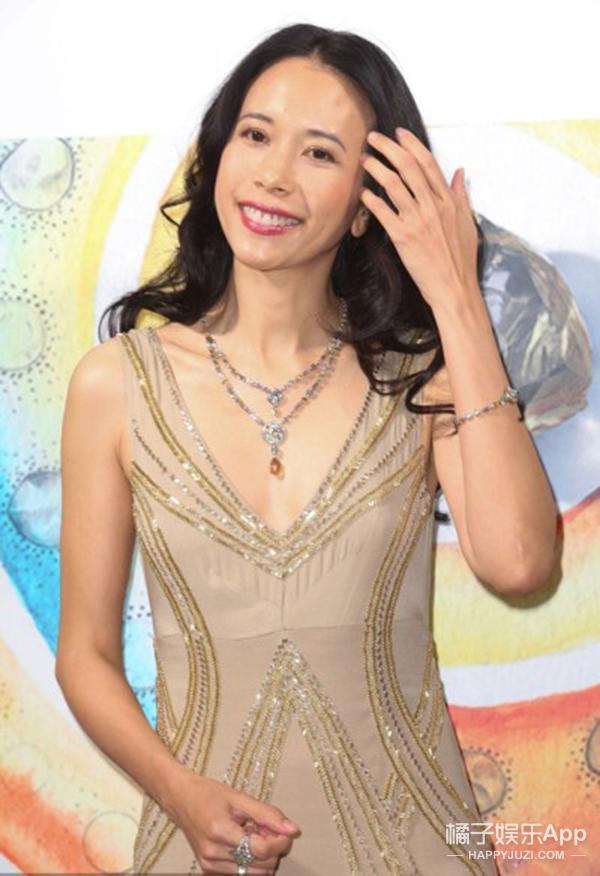 莫文蔚参加珠宝展 一身贵气身材依旧