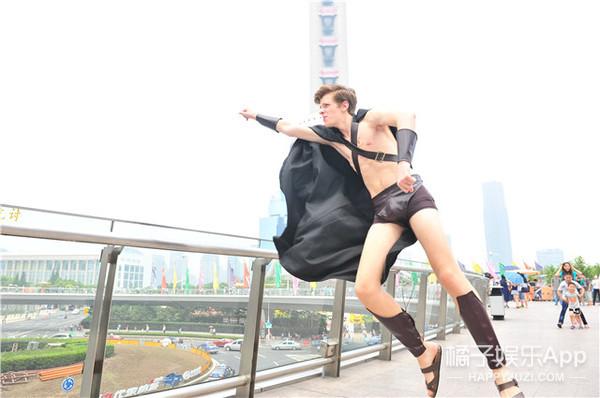颤抖!在北京被警察秒成渣的半裸斯巴达又潜伏到上海了?