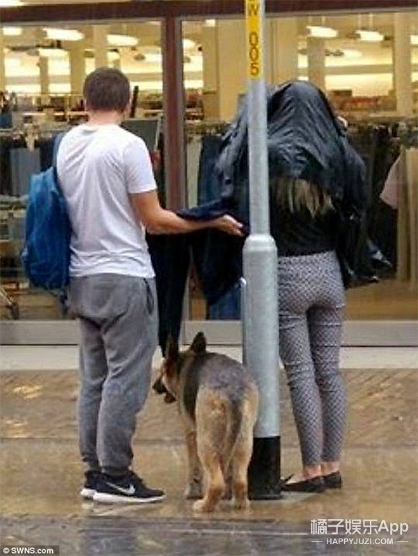 一对儿英国情侣在雨天做的事感动了很多人