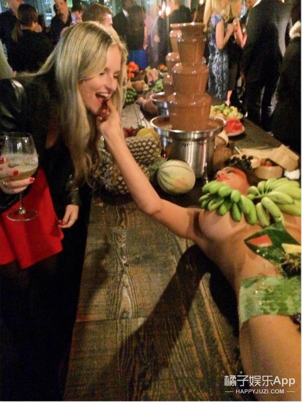 女子全裸被当食物?昨晚悉尼游艇的女体盛宴引发众怒!