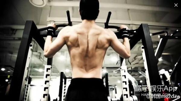 哦莫!郑容和的肌肉已经变得这么壮观了!