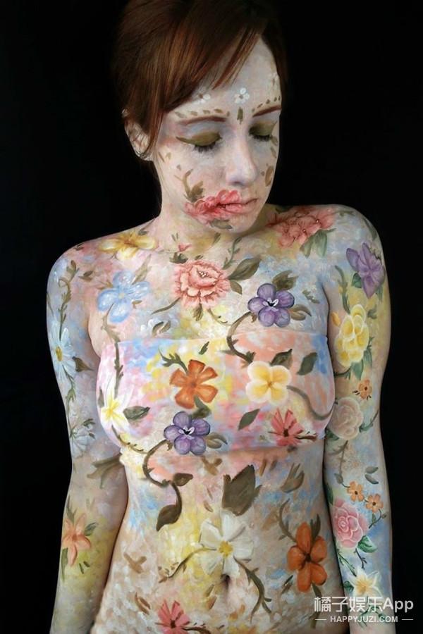 这个巴西美女艺术家,竟在自己的身体上创作油画