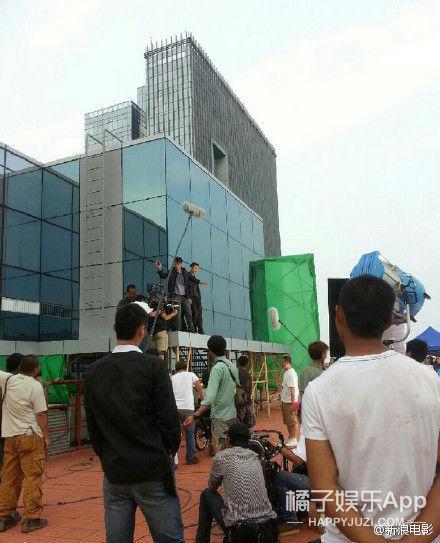还记得《烈日灼心》这段惊心动魄的高楼戏吗!额,其实它是这么拍的...