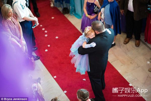 """5岁癌症少女的最后一个生日,父亲难掩泪水当众下跪""""求婚"""""""