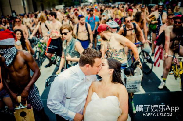 美国费城三千人参加裸体骑行,一对新人趁这时候拍婚纱照...
