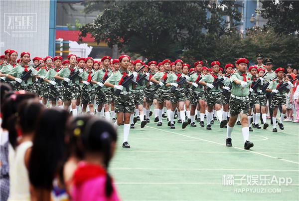 花样庆祝抗战70周年,大妈不玩广场舞改跳正步迪斯科!