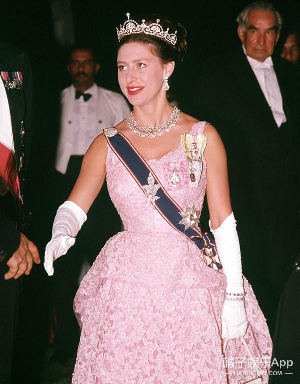 凯特王妃在皇室晚宴上佩戴的皇冠,竟然是祖传三代的传家宝!