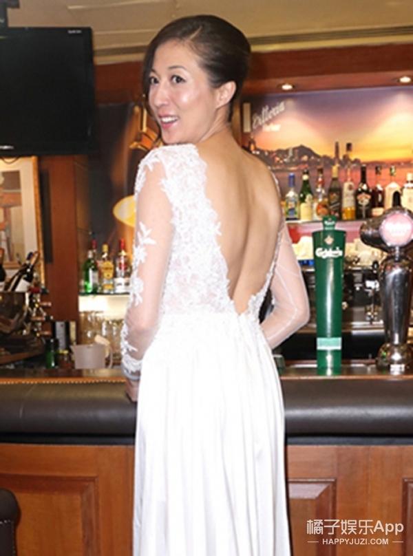 终于要嫁了!成龙出轨对象吴绮莉穿白婚纱显优雅