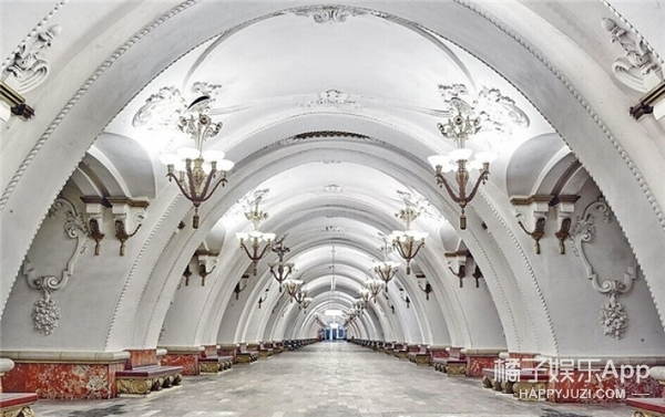 我伙呆!俄罗斯的地铁竟然这么豪华,富丽堂皇像宫殿!