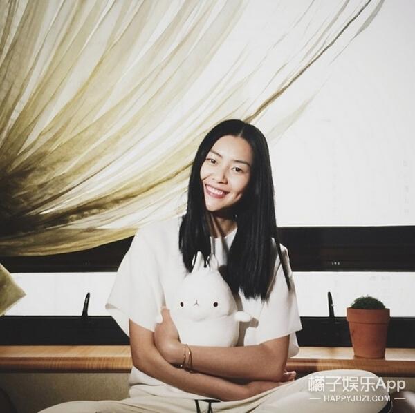 她不笑是超模刘雯,笑起来是我们大表姐!