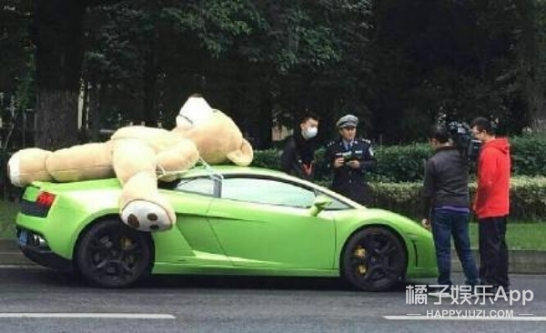 还有这事儿   小伙花120万买螃蟹就为放生 为抢1元红包宝马司机开车撞树