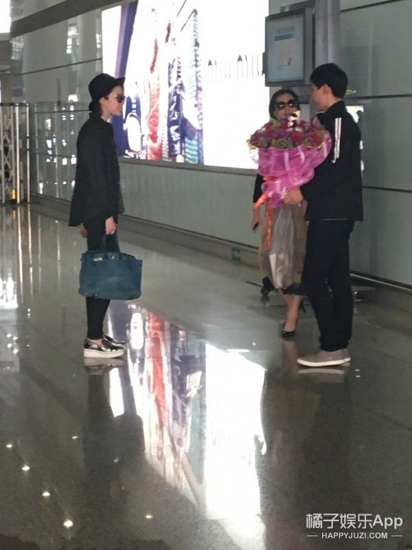 疯狂男粉丝机场求婚刘亦菲,神仙姐姐直接被吓傻!