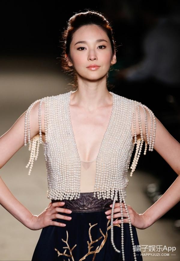 一说吴佩慈就是生孩子嫁豪门,我们都忘了她还是个超模