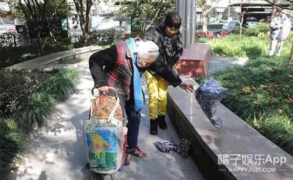 火遍朋友圈的卖鞋垫老奶奶,半小时入账8000被吓跑…