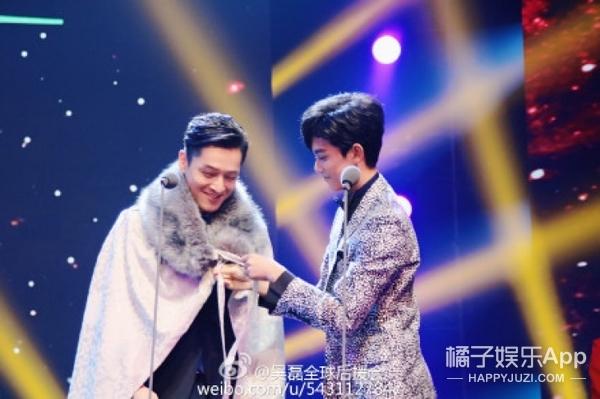 台上玩猜拳,台下对视甜笑,吴磊刘昊然全被胡霍带坏了!
