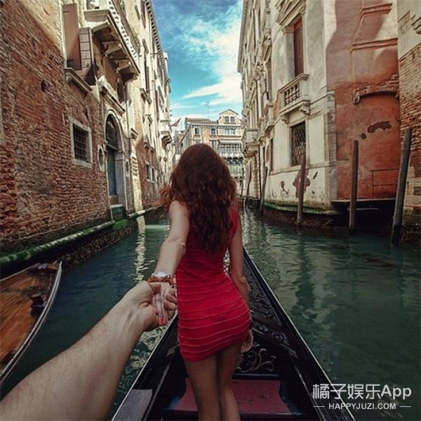 这才是模范男朋友,在旅行中他只专注拍女朋友的背影!