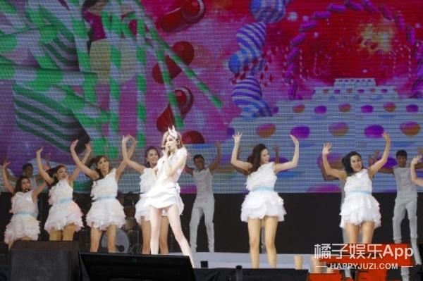 """王心凌开个演唱会,把""""前男友们""""全都叫到台上合影了..."""