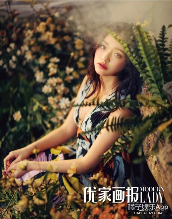 19岁少女造型惊艳,自带复古相机,镜头前百变凹造型