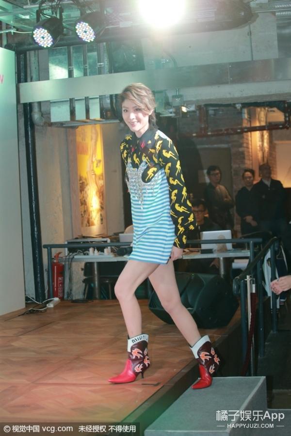 陈慧琳海魂条纹大秀热辣美腿,想要减龄穿这一件就够!