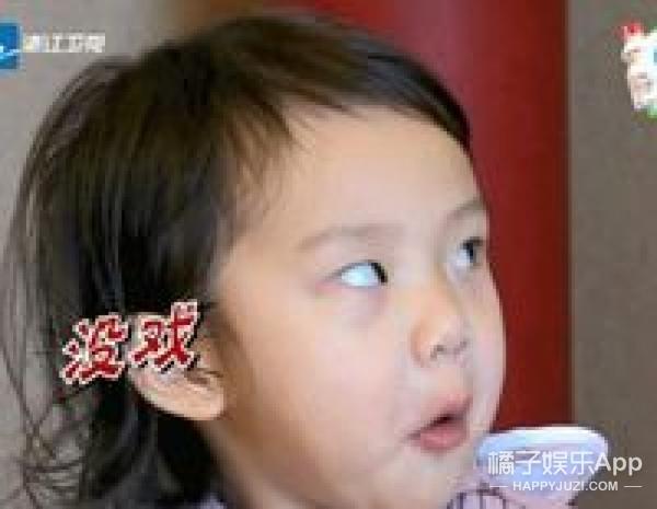 明星爸爸看自己亲生女儿的表情,看到最后我笑喷了!!