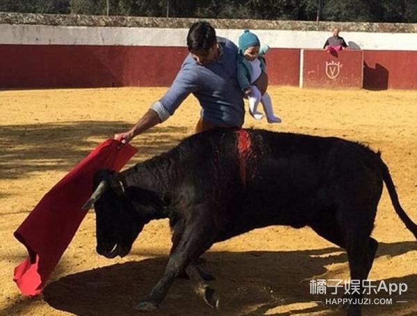 被爹坑,5个月大女儿被老爹抱在怀中斗牛