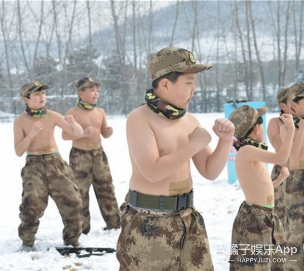 """冰冻训练:南京""""鹰爸""""带14名孩子雪中""""裸训"""""""